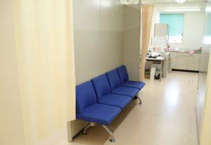 診察室前待合スペース